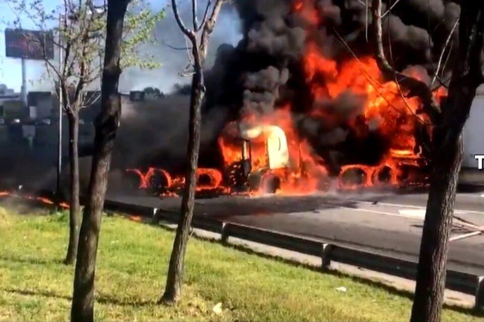 Explosión en la Panamericana: Tras un triple choque, se registró un gran incendio que frenó el tránsito durante horas