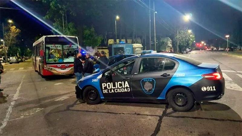Matan a un policía y a un pasajero durante un robo en un colectivo de la línea 100