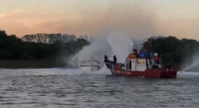 Prefectura y bomberos controlaron el incendio de un yate en el Delta del Paraná