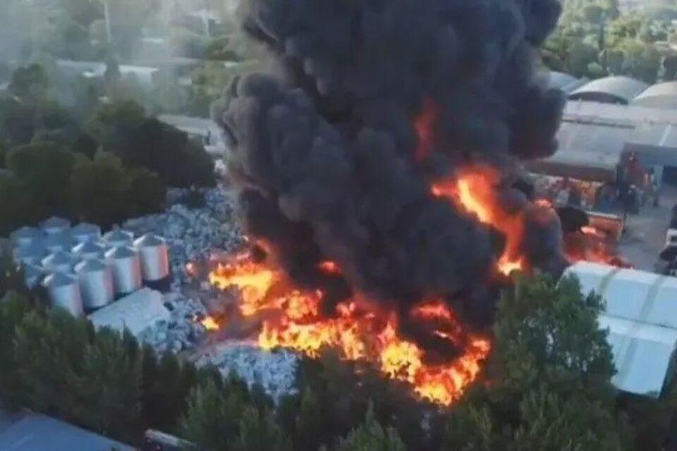 Feroz incendio en una fábrica de plástico de General Pacheco