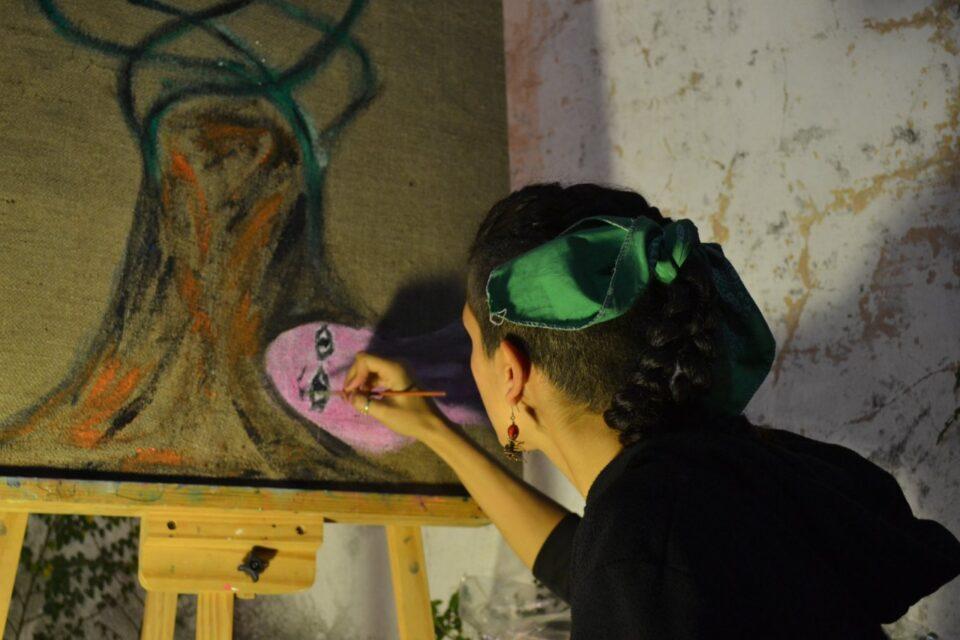 La artista visual de Vicente López que crea en pinturas y videos