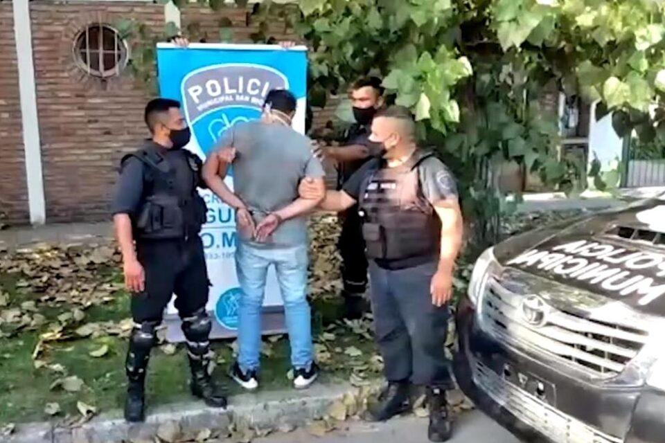 Detuvieron a un hombre en San Miguel que manejaba borracho y tenía dos ladrillos de marihuana