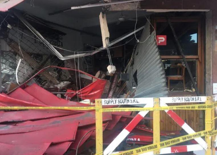 Un colectivo chocó con un auto y se incrustó en una tradicional pizzería de Vicente López