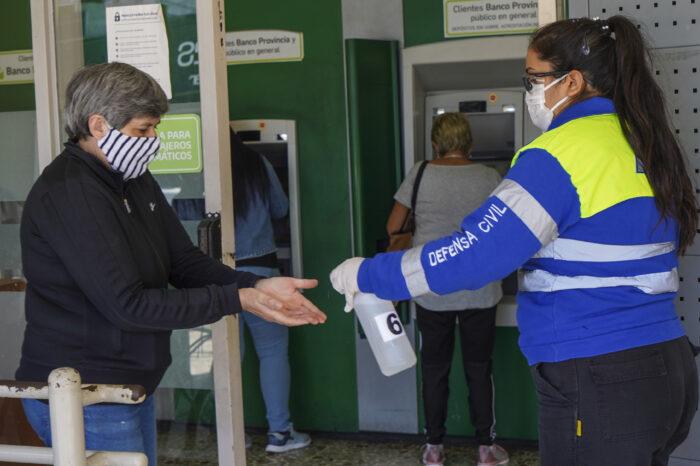 Siguen con la desinfección de entidades bancarias en Vicente López