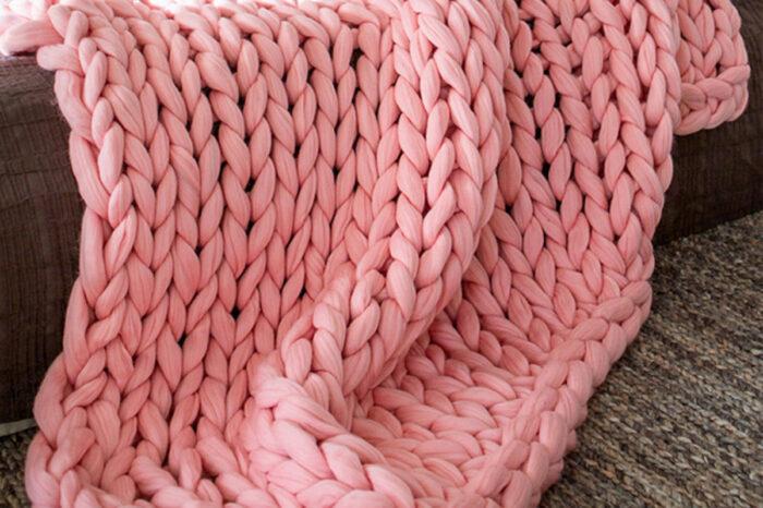 Vecina de Villa Martelli junta ovillos de lana para hacer mantas a recién nacidos