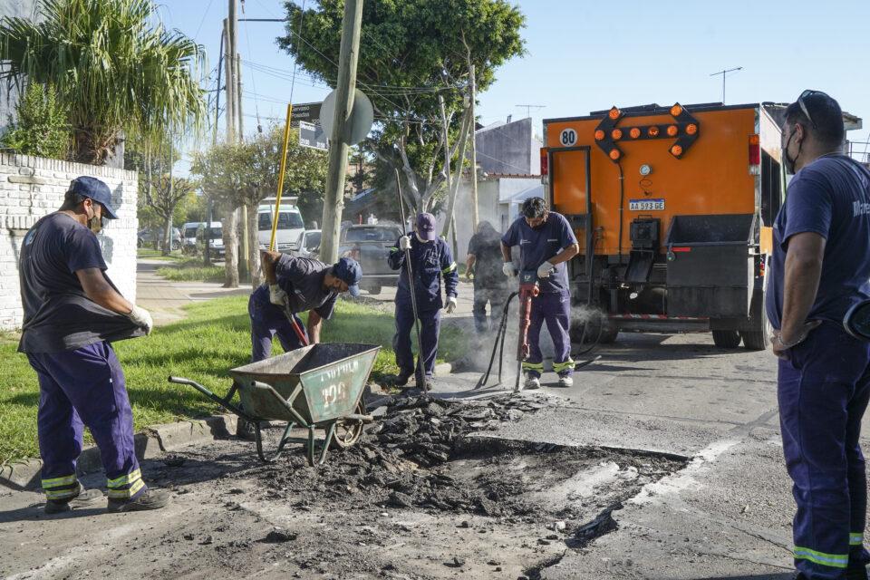 Continúan con los trabajos de bacheo y asfalto en Carapachay