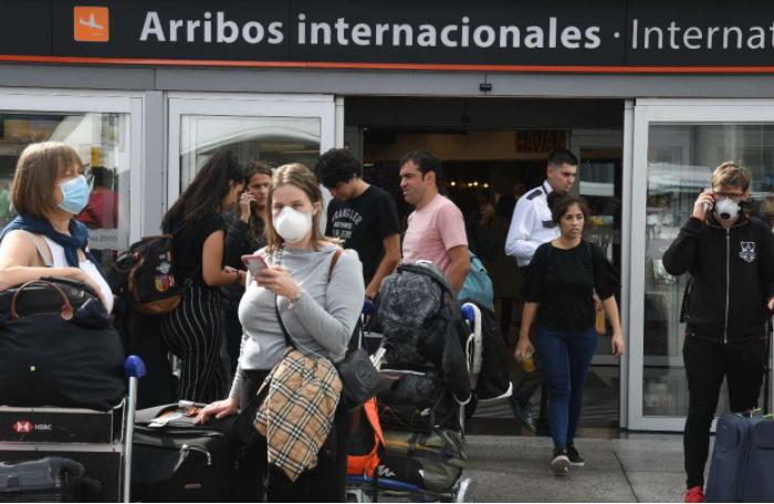 El Gobierno de Axel Kicillof recibió la primera demanda por la decisión de aislar en hoteles a quienes regresan del exterior